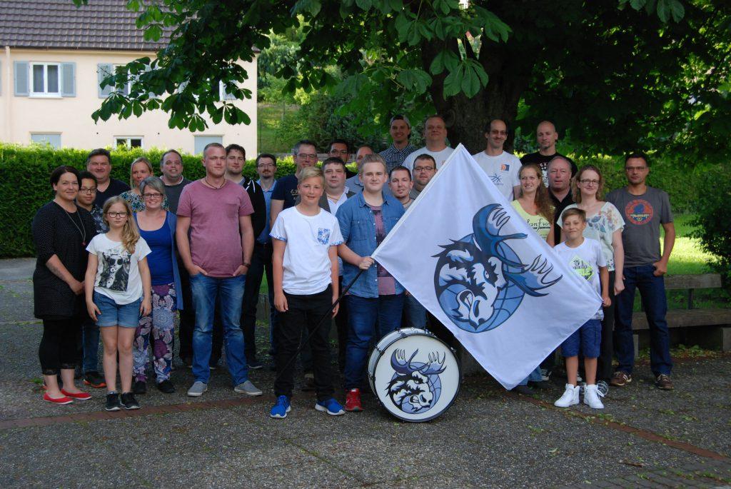 Gruppenfoto mit Fahne